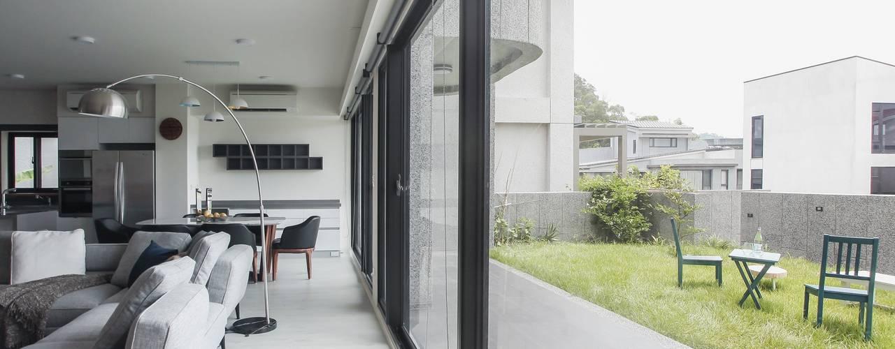 Ruang Keluarga Modern Oleh 行一建築 _ Yuan Architects Modern
