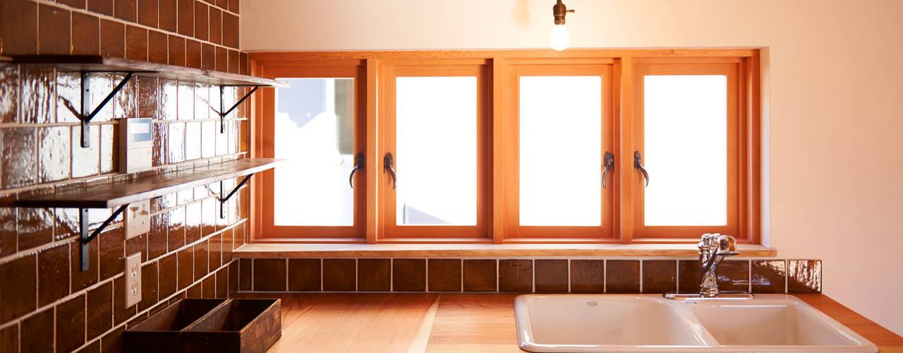 琵琶湖の家 URBAN GEAR カントリーデザインの キッチン 無垢材 木目調