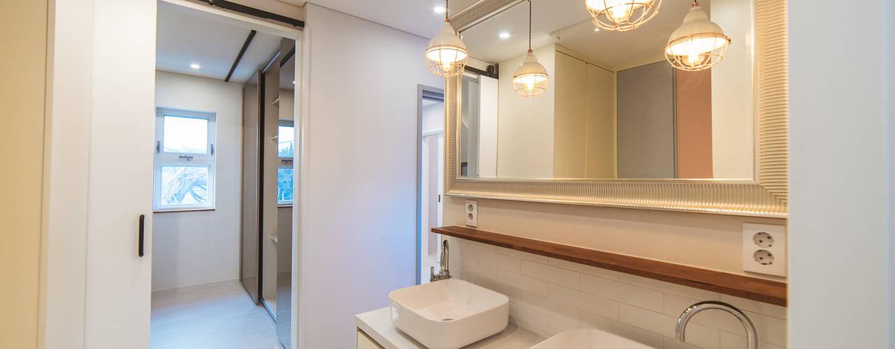 Phòng tắm phong cách hiện đại bởi AAPA건축사사무소 Hiện đại