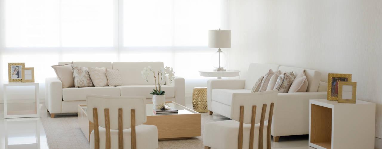Un hogar contemporaneo: Salas de estilo  por Monica Saravia, Minimalista
