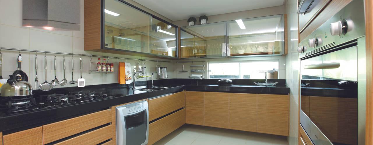 Modern Kitchen by Danielle Valente Arquitetura e Interiores Modern