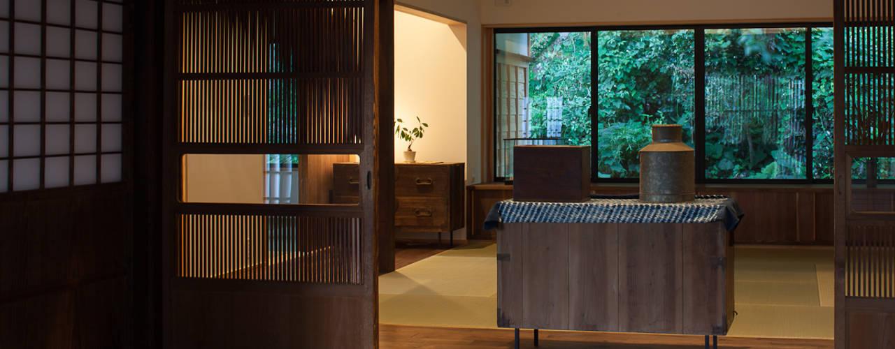古民家再生住宅-家族と風土を見守る家-: 株式会社 井川建築設計事務所が手掛けたリビングです。