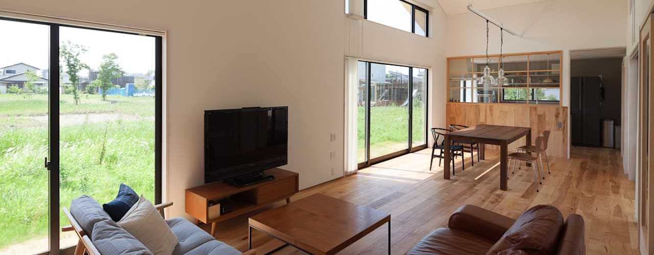 さんかく屋根の家: 株式会社 井川建築設計事務所が手掛けたリビングです。,モダン