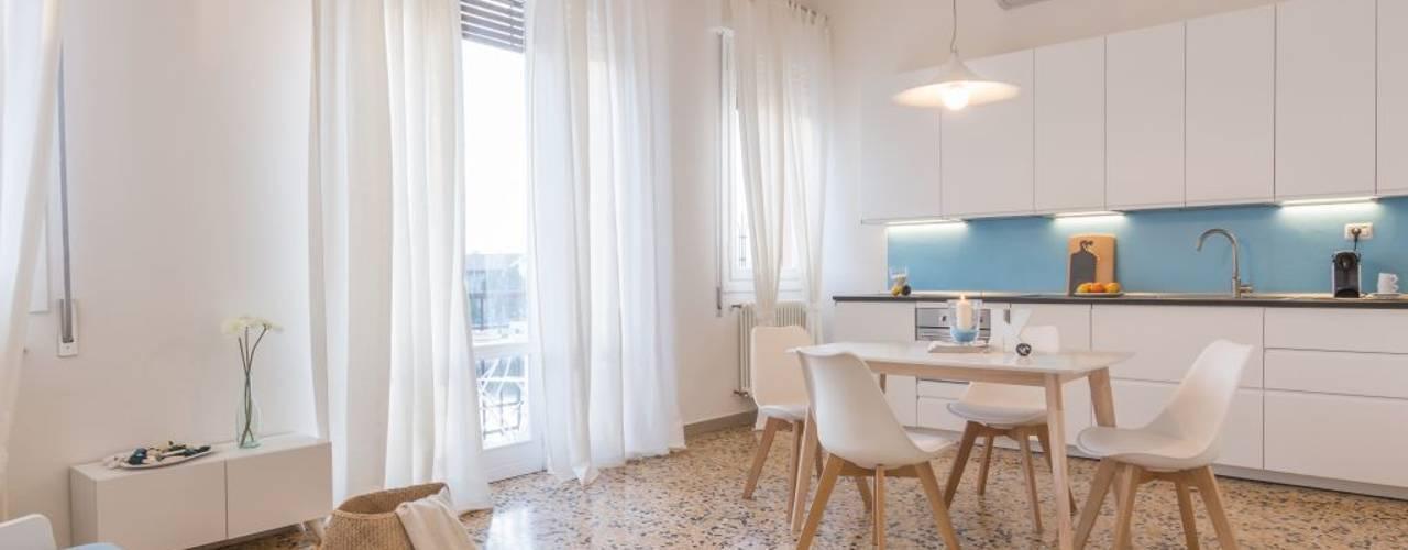 Salas de estar  por Anna Leone Architetto Home Stager