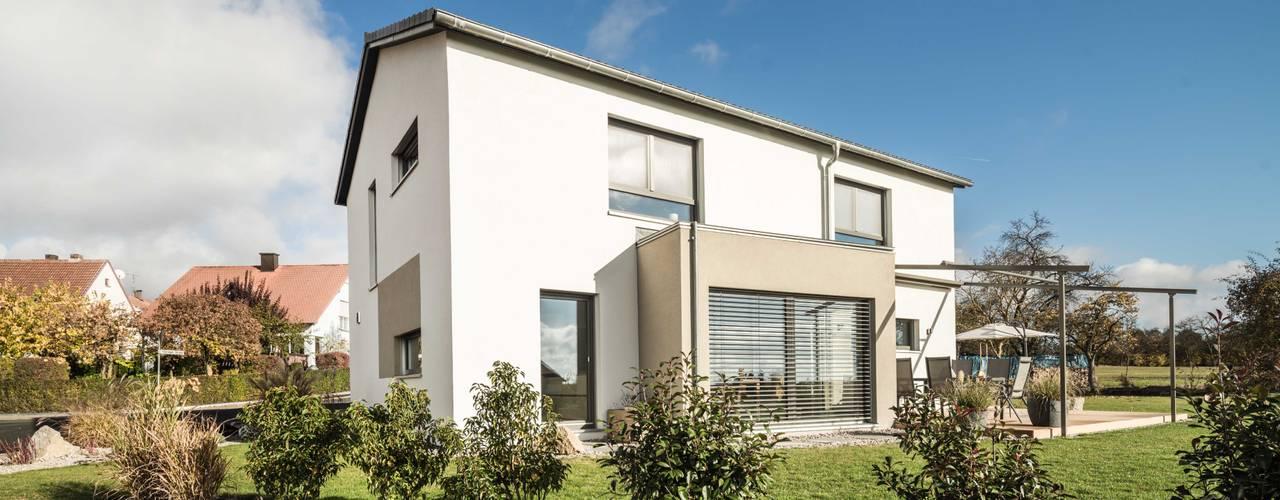 Effizienzhaus in innovativer Massivholzbauweise von wir leben haus - Bauunternehmen in Bayern Modern