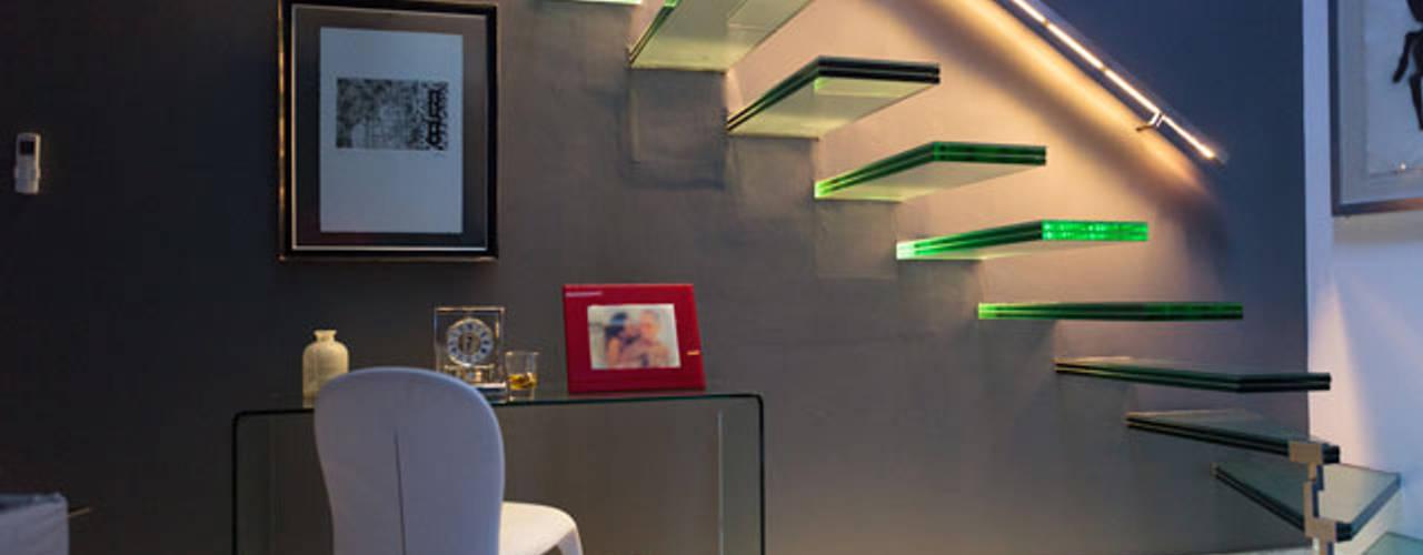 Pasillos, vestíbulos y escaleras de estilo moderno de LUMBRA Moderno