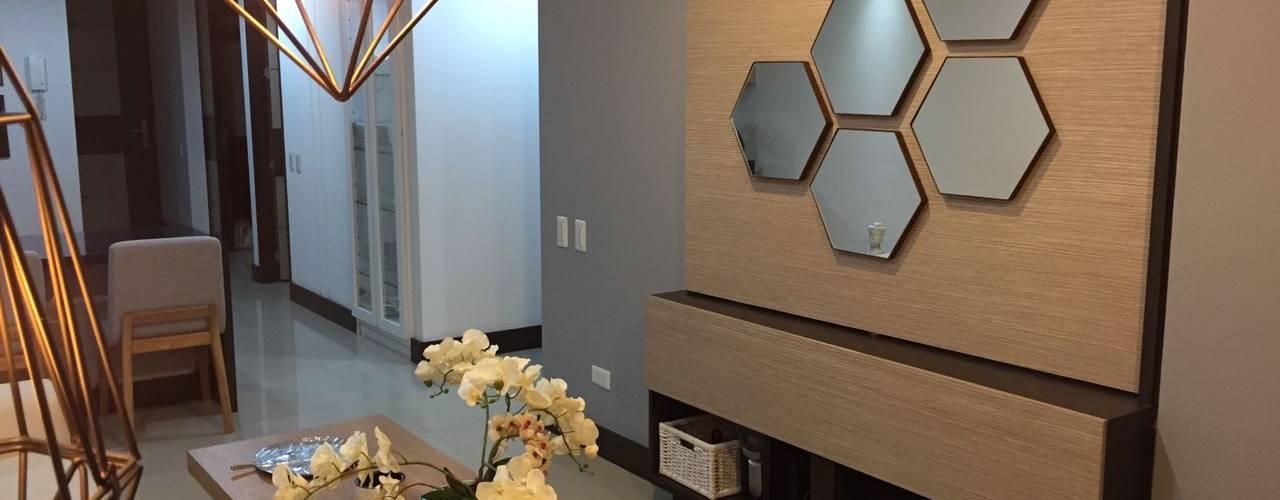 Mueble de televisión giratorio del apartamento que se puede utilizar para la sala o la alcoba principal.: Paredes de estilo  por CH Proyectos Inmobiliarios