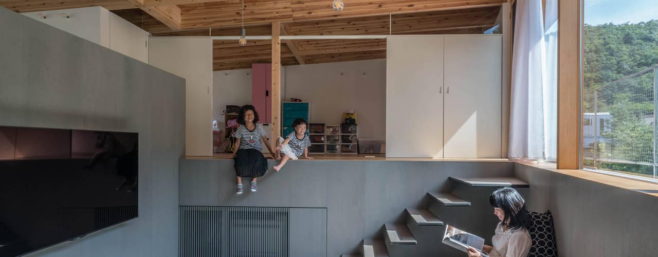 HINO 武藤圭太郎建築設計事務所 モダンデザインの リビング 木 灰色