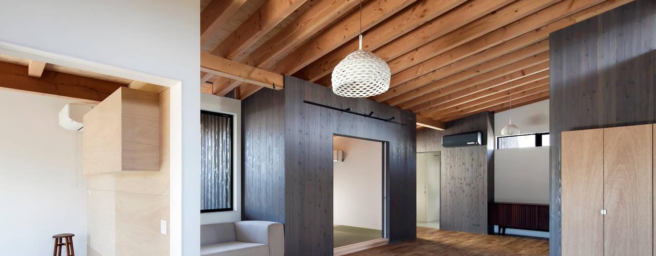 Salas modernas de 井上久実設計室 Moderno
