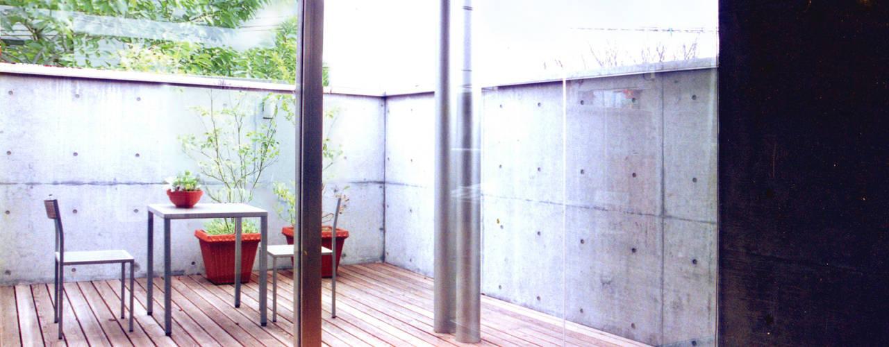 雲の流れが360度見えるハイサイドライトがある家 根岸達己建築室 モダンデザインの テラス コンクリート 灰色