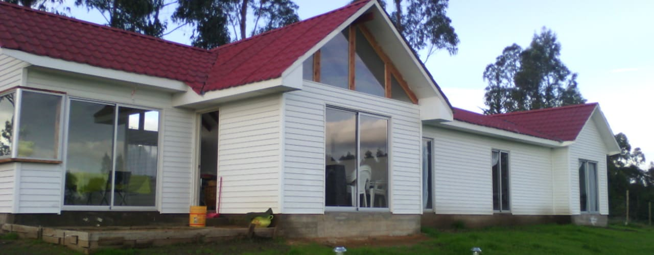 casas playa campo: Casas de madera de estilo  por construcciones costa