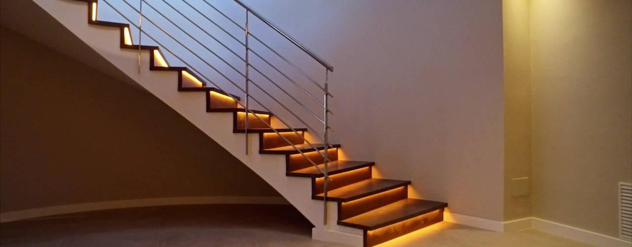 Escalera Rf Serveis Agudo S.L Pasillos, vestíbulos y escaleras de estilo moderno Hierro/Acero Acabado en madera