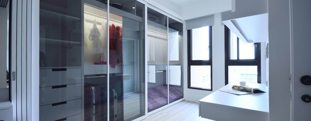 Phòng thay đồ phong cách hiện đại bởi 瓦悅設計有限公司 Hiện đại