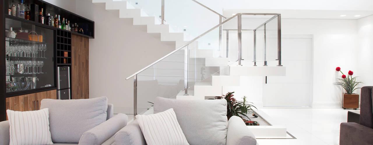 Living room by MONICA SPADA DURANTE ARQUITETURA, Modern