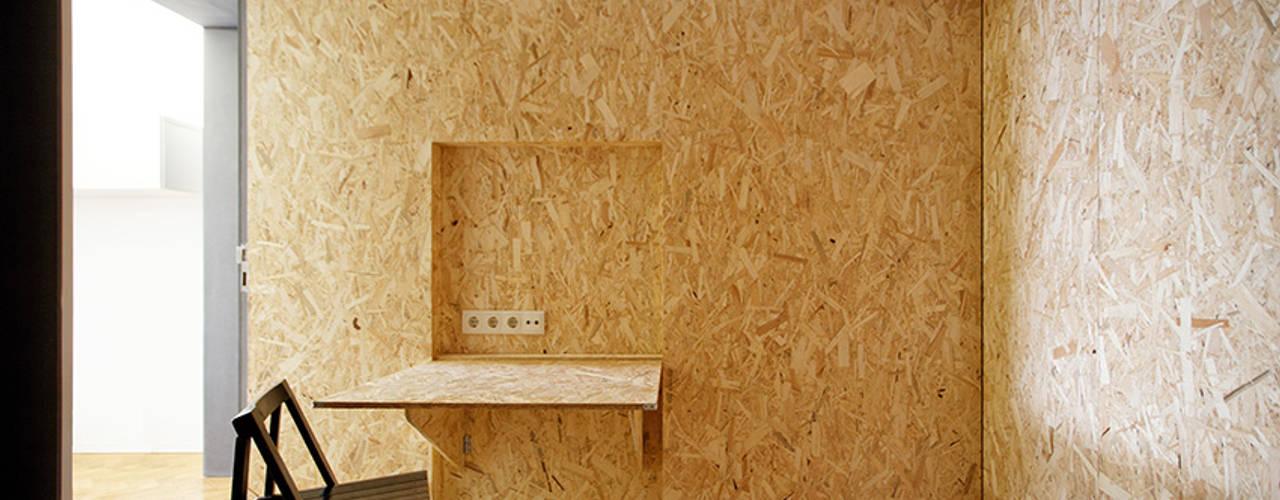 Camera da letto in stile  di UMA Collective - Architecture