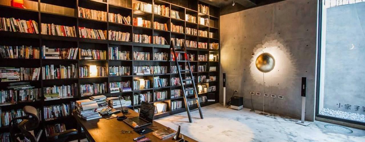 Escritórios e Espaços de trabalho  por 業傑室內設計