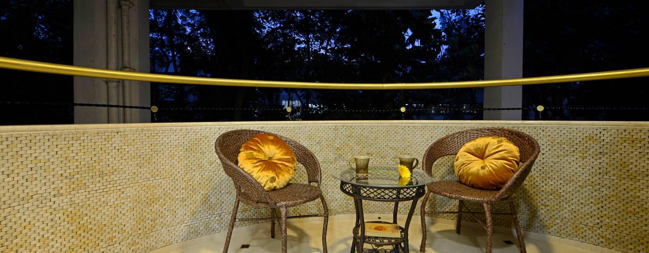 Matunga Apartment Classic style balcony, veranda & terrace by Fourth Axis Designs Classic