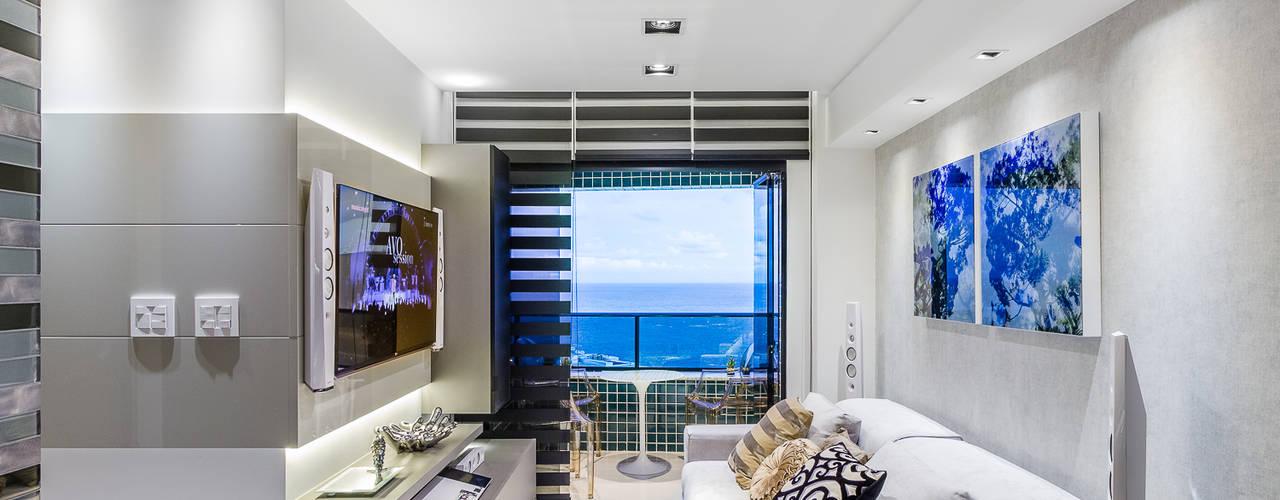 Flat | Moderno | Aconchegante | Sofisticado | Funcional Arquitetura Sônia Beltrão & associados Salas de estar modernas Vidro Cinza
