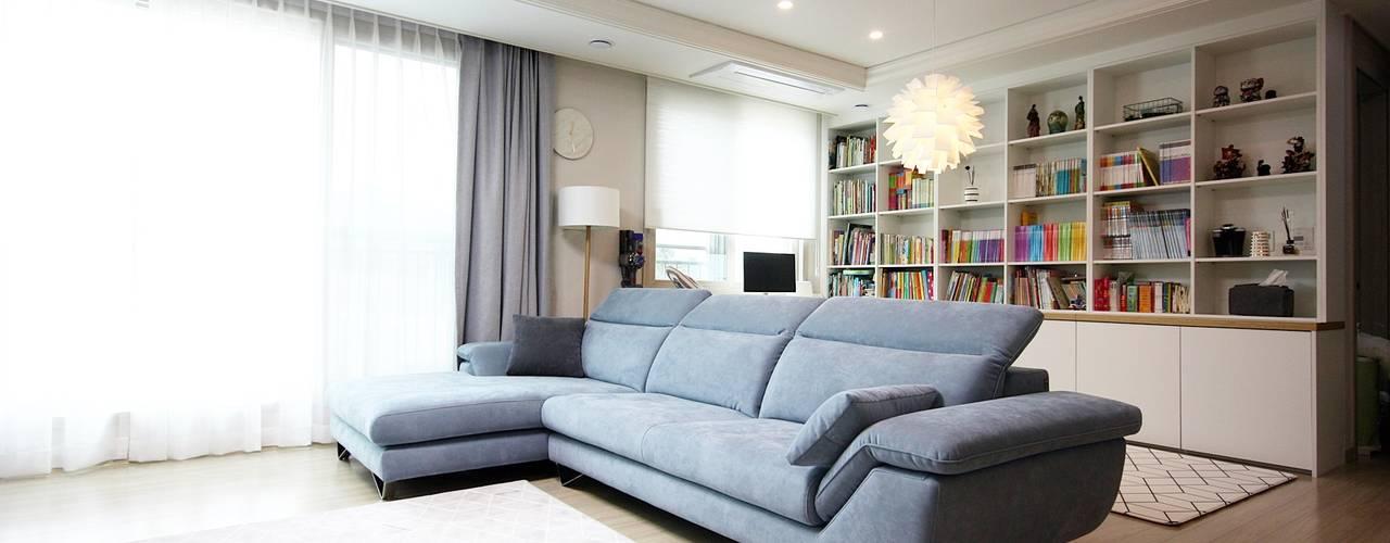김포 32평 시공을 최소화한 새아파트 홈스타일링 모던스타일 거실 by homelatte 모던