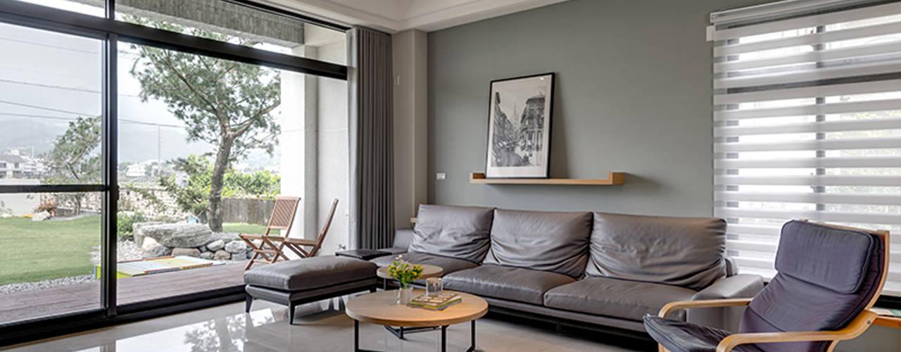 宜蘭市筊白一路別墅案 现代客厅設計點子、靈感 & 圖片 根據 Hi+Design/Interior.Architecture. 寰邑空間設計 現代風