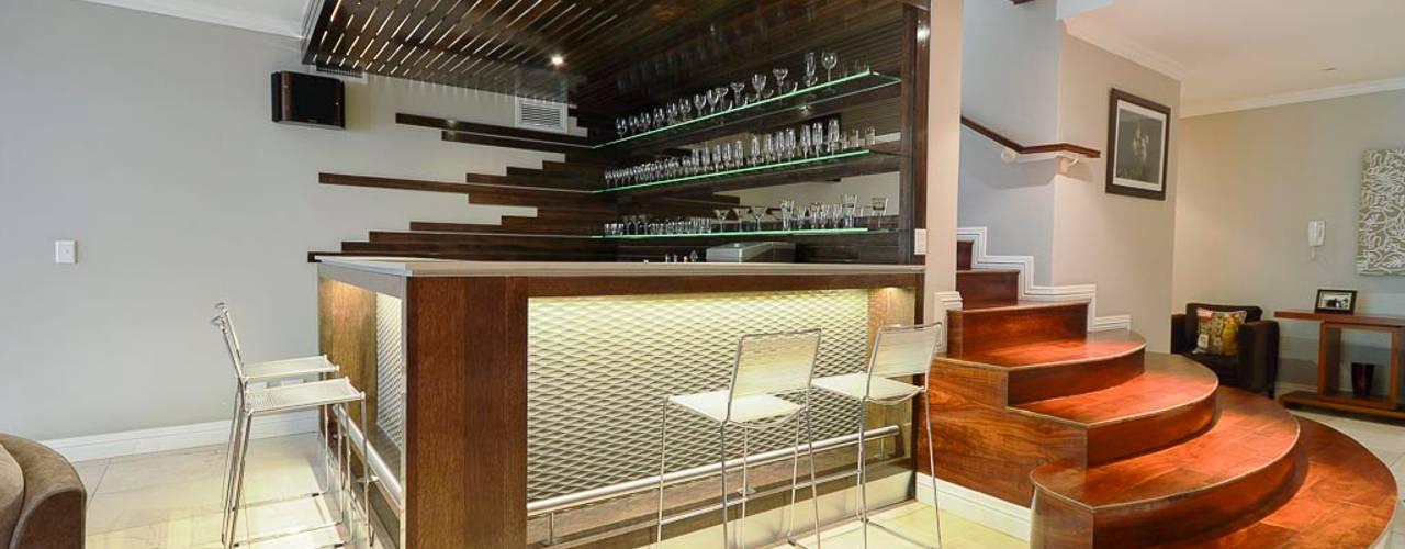 15 mini bares perfectos para aprovechar el espacio bajo la for Sofa bajo escalera