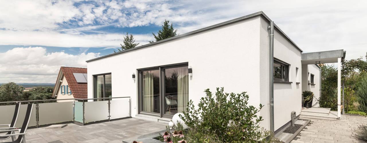 Moderne Flachdachvilla im Bauhausstil mit architektonischen Highlights:  Einfamilienhaus von wir leben haus - Bauunternehmen in Bayern