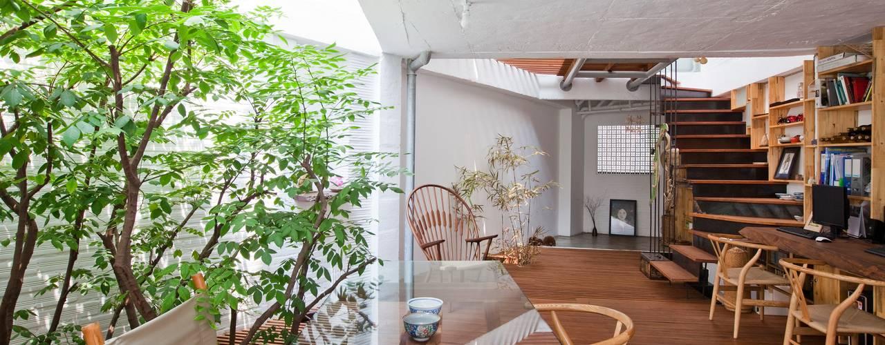 Столовая комната в стиле модерн от a21studĩo Модерн