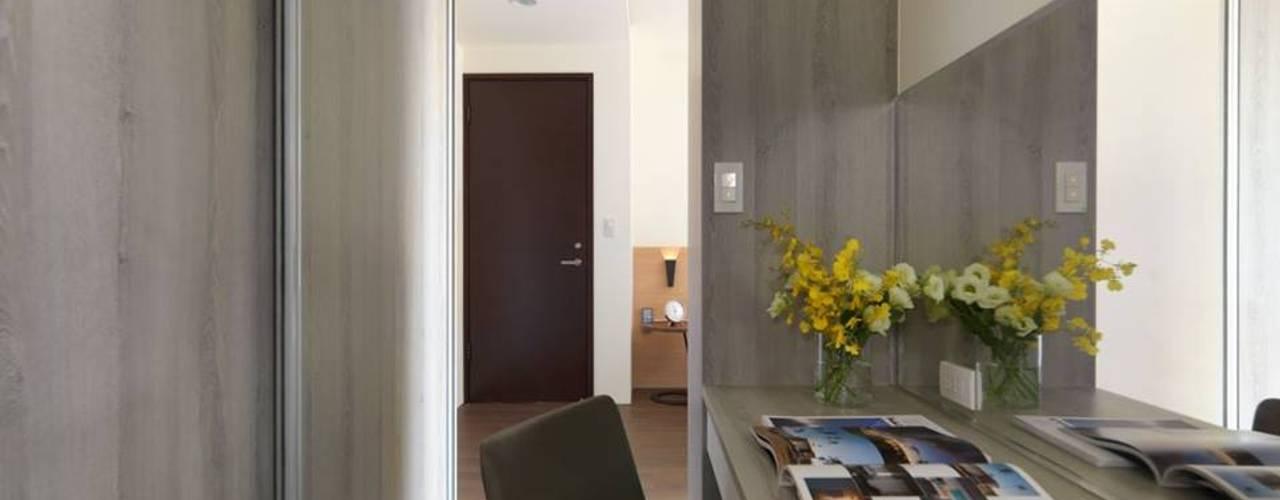 Closets minimalistas por 禾廊室內設計 Minimalista