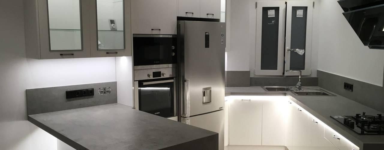 Reforma de piso en el barrio de Ruzafa de Valencia Rimolo & Grosso, arquitectos Cocinas integrales Hormigón Blanco