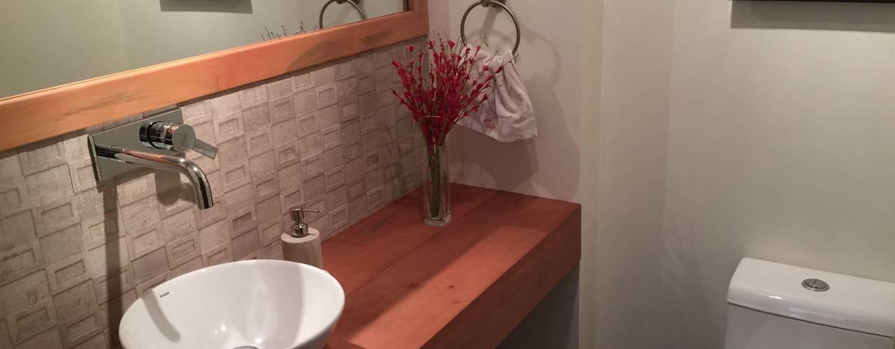 Baño de visitas: Baños de estilo rústico por Rocamadera Spa
