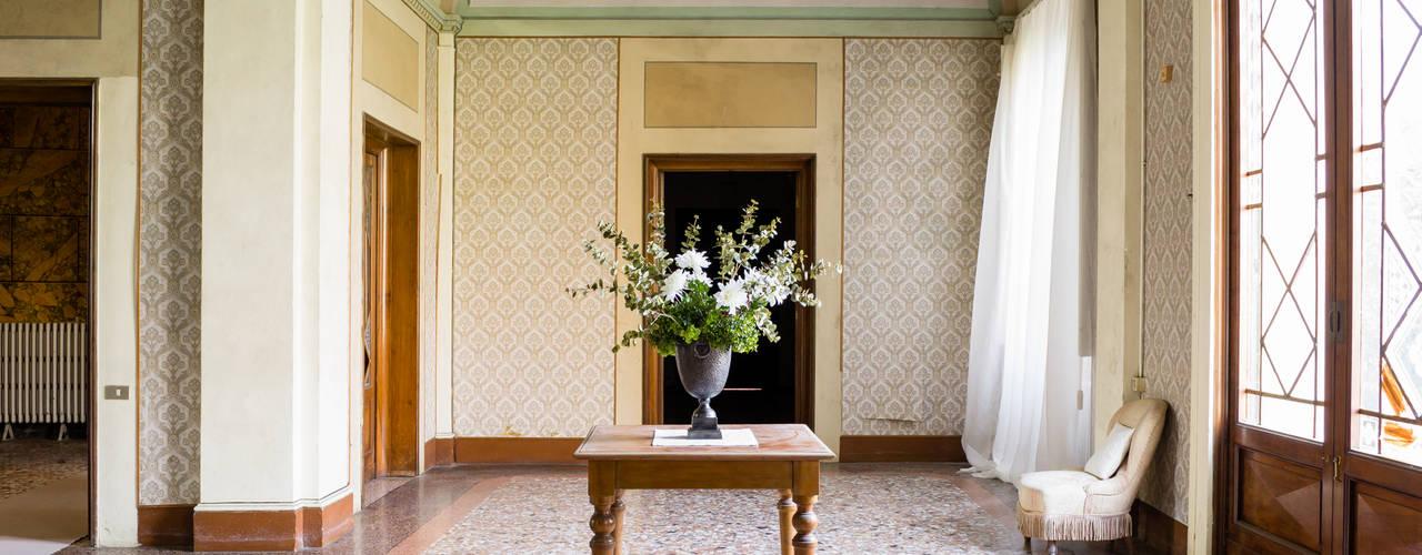 C'ERA UNA VOLTA federica basalti home staging Ingresso, Corridoio & Scale in stile classico