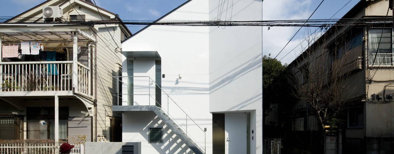 スキップフロアが重なる長屋 モダンな 家 の 有限会社角倉剛建築設計事務所 モダン