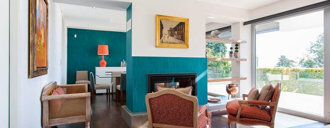 Zona da lareira:   por Traço Magenta - Design de Interiores