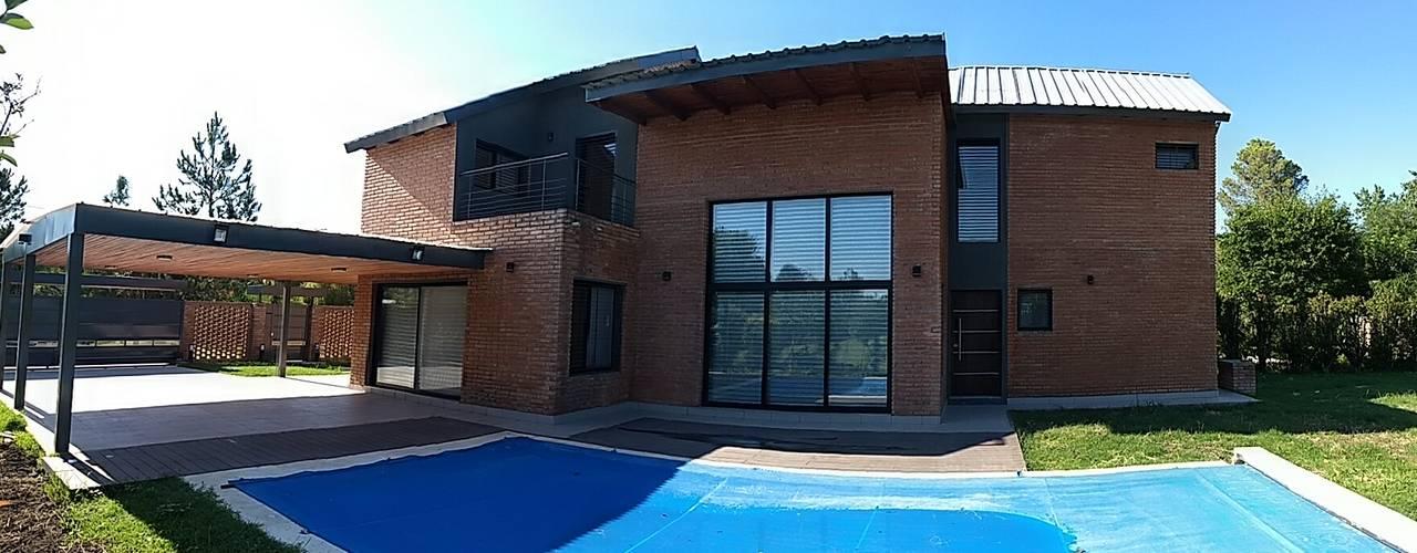 CASA ROLDAN: Casas unifamiliares de estilo  por ECOS DE SOL (Ingeniería y Construcción)
