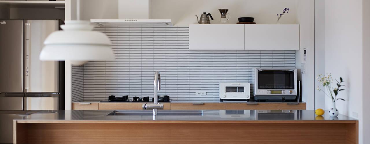 高台に建つ家 モダンな キッチン の toki Architect design office モダン