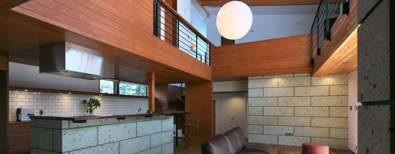 Living room by かんばら設計室, Modern