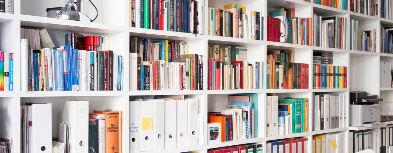 GANTZ - Regale und Einbauschränke nach Maß Minimalistyczne domowe biuro i gabinet Deski kompozytowe Biały