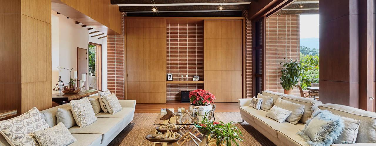 Salas de estar clássicas por FR ARQUITECTURA S.A.S. Clássico