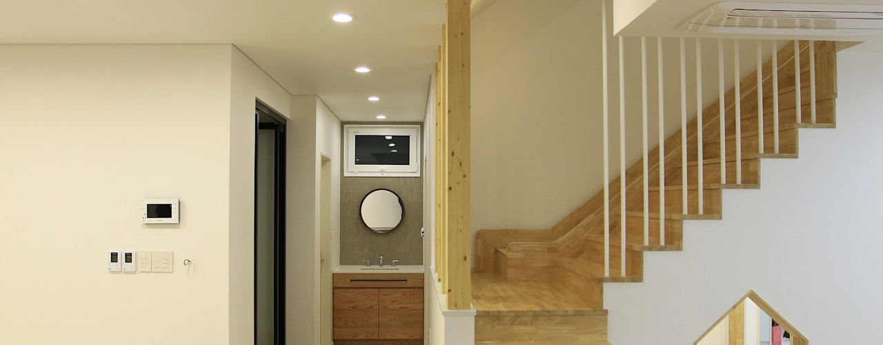 김해시 중목구조 주택: 블루하우스 코리아의  계단