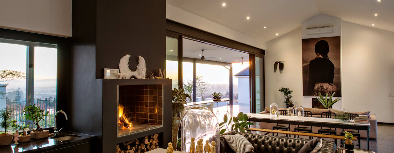 House Viljoen:  Living room by Hugo Hamity Architects ,