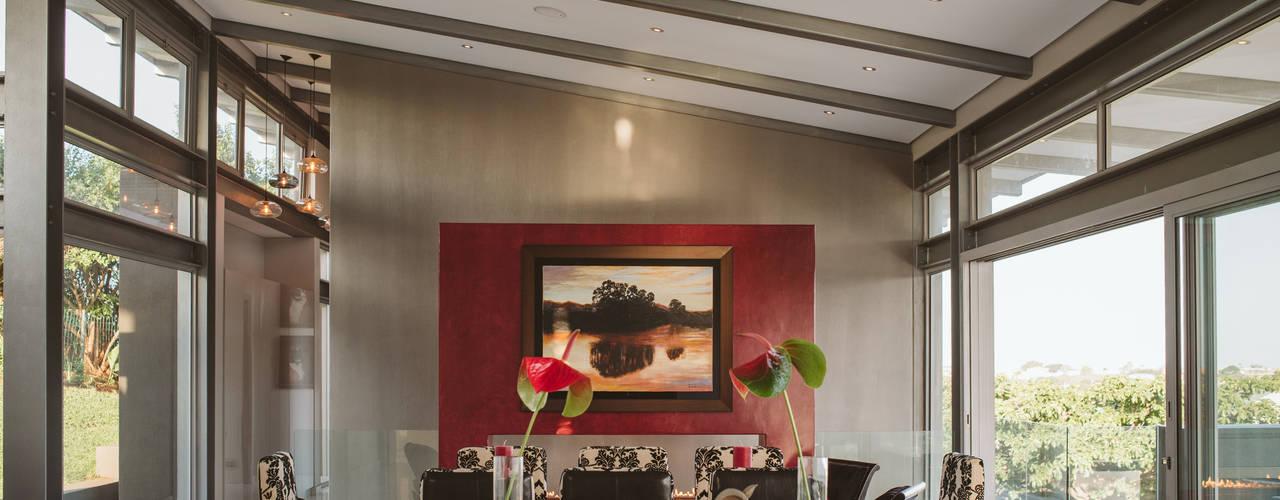 House BellaVida:  Living room by Hugo Hamity Architects