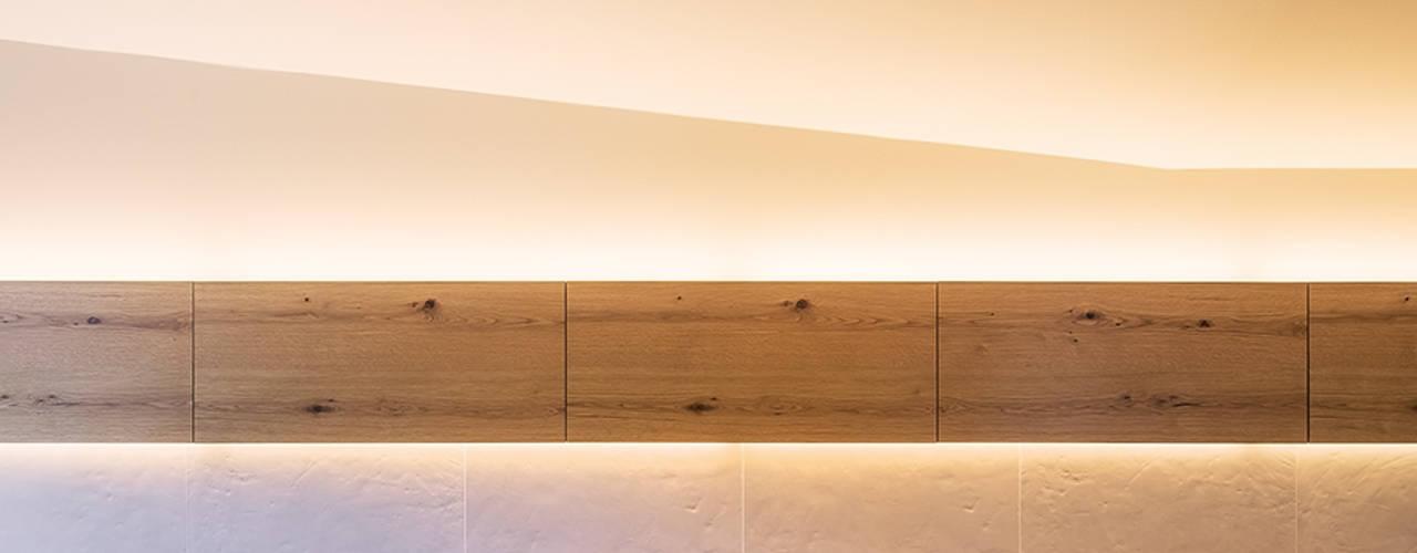 リビングダイニングの壁面: 株式会社seki.designが手掛けたリビングです。