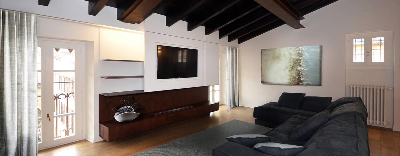 Una mansarda con soffitti in legno e arredamento moderno a for Arredamento soggiorno moderno in legno