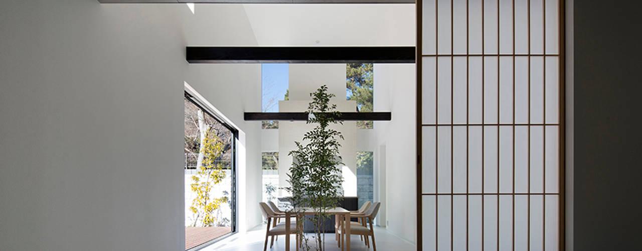 鎌倉 長谷の家 松岡淳建築設計事務所 モダンデザインの 多目的室 無垢材 灰色