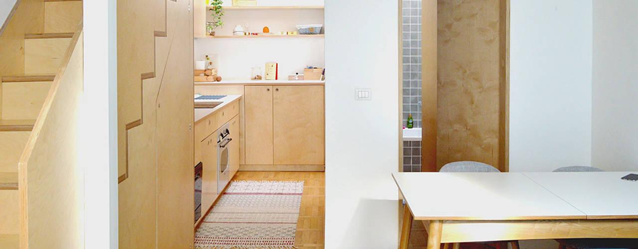 Living betulla: Cucina attrezzata in stile  di BGP studio