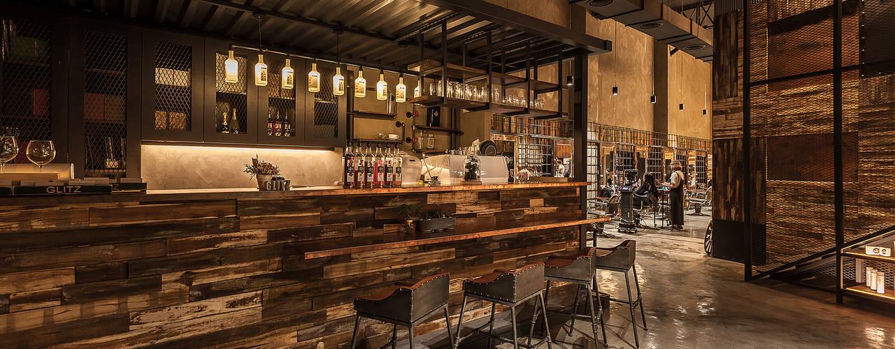 舒服的吧檯和醒目的展示櫃:  商業空間 by 漢玥室內設計