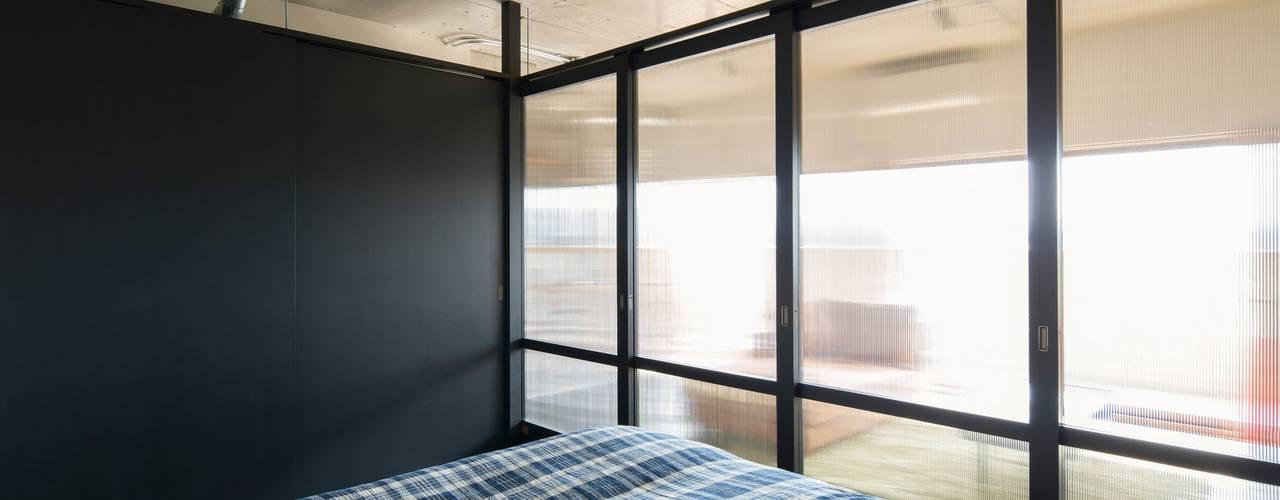 Quartos  por 山本嘉寛建築設計事務所 YYAA , Moderno