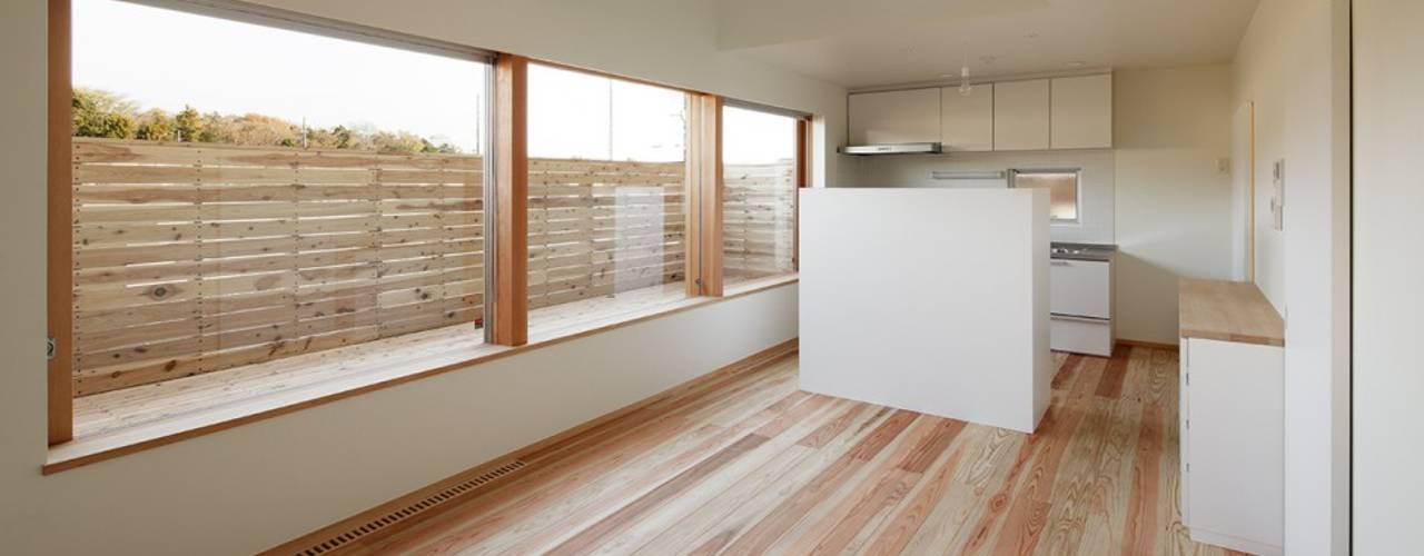 大きな窓で繋がる家: 前田工務店が手掛けたリビングです。