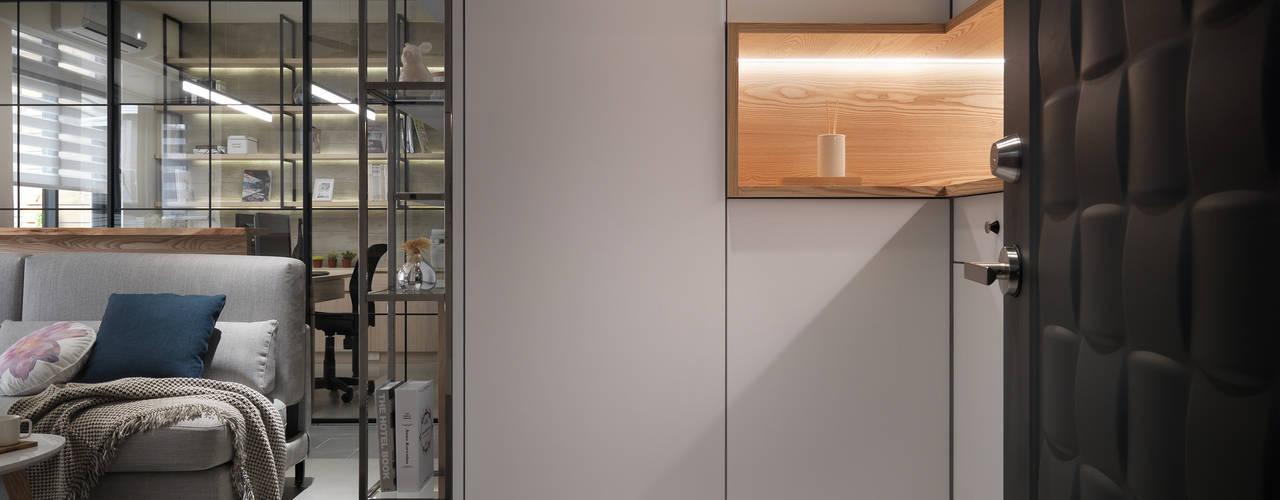 玄關-懸吊三面櫃:  走廊 & 玄關 by 上云空間設計