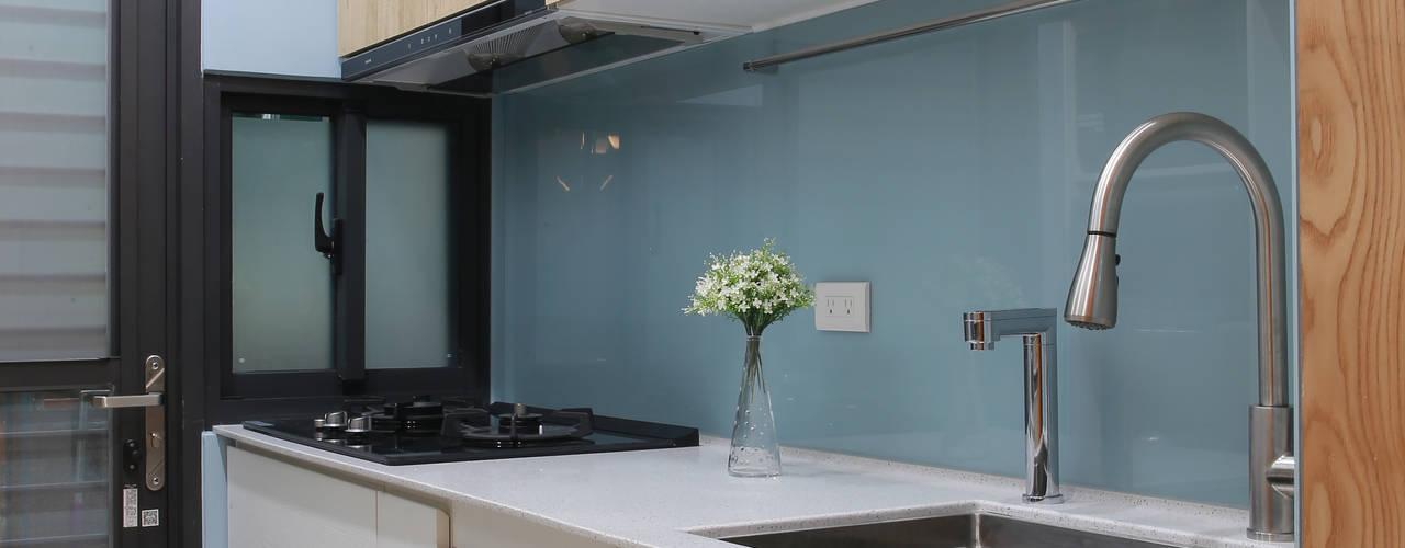 【溫潤雋永-住辦合一宅】 現代廚房設計點子、靈感&圖片 根據 上云空間設計 現代風